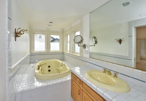 Bathroom. (Image via Artisan Sotheby's International Realty)