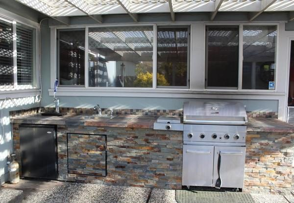 Backyard kitchen. (Image courtesy of CENTURY 21 Bundesen)