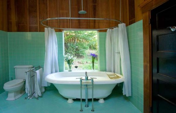 Bathtub in master bathroom.